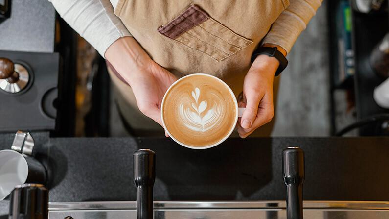 باريستا يحمل فنجان القهوة